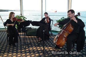 les musiciens (violons) de la salle du pont B