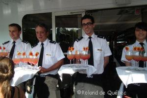 Les serveurs offrent un cocktail