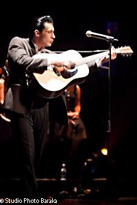 Shawn Barker joue de la guitare