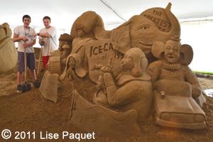 Deux jeunes artistes sculpteurs avec une des oeuvres