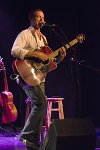 Christian Sbrocca joue de la guitare
