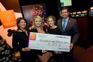 M. François Hanchay, directeur général du Casino de Montréal, et Sophie Bourgeois, organisatrice et porte-parole de l'événement Tapis rose, étaient fiers de remettre un chèque de 10 800 $ à Mme Nathalie Boudreau, directrice du développement des affaires, et Mitsou Gélinas, porte-parole, de la Fondation du cancer du sein du Québec.