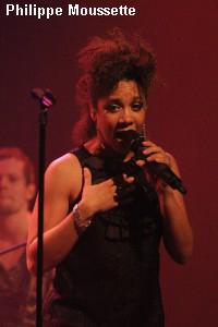 Marie Christine a une voix chaude teintée de soul, funky et groovy