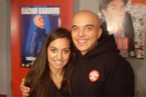 Hanane Hadjloum en entrevue avec Rachid Badouri à Paris