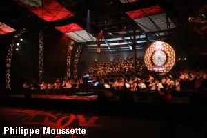 Orchestre symphonique, choeur et horloge comme décor