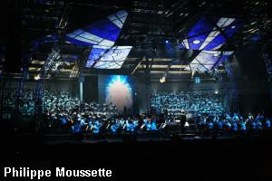 Vue d'ensemble les choeurs, l'Orchestre, les écrans au plafond