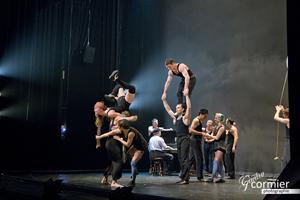 Cirque Eloize en prestation au Monument National