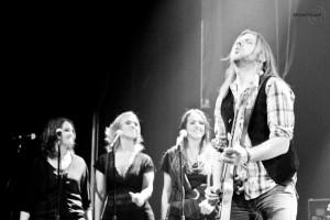 Le chanteur et guitariste Steve Hill accompagne Nanette Workman sur scène.