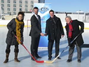 Monique Dextras du Centre des congrès de Lévis, Yannick Tremblay et Patrick Couture, propriétaires de Glaces CT I.C.E. et Simon Théberge de la Ville de Lévis et président de l'arrondissement Desjardins.