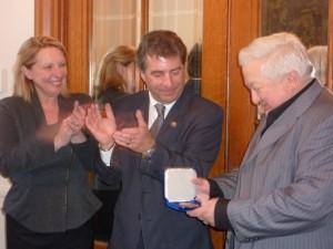 le journaliste Pierre Champagne recevant la médaille de l'Assemblée nationale des mains de André Drolet, député de Jean-Lesage et de Christine St-Pierre, ministre de la Culture et des Communication