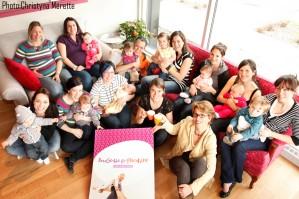 Devant : Sarah Baribeau et Marie Tardif, propriétaires, avec des bébés et leurs mamans