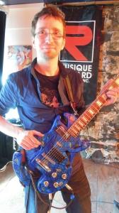 Jef Tremblay avec sa guitare transformée