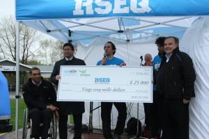 Remise du chèque de 25 000$ de SportAccord au RSEQ-QCA. De gauche à droite : M. Dean Bergeron, M. Serge Ferland (SportAccord), M. Daniel Veilleux (RSEQ), M. François-Olivier Roberge, M. Pierre-Michel Bouchard (SportAccord).