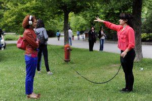 Spectateur et danseur liés par la musique et le geste