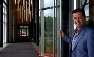 Le directeur général de l'Hôtel La Ferme, Richard Germain, à la réception du nouvel établissement hôtelier du Massif de Charlevoix situé à Baie-Saint-Paul.