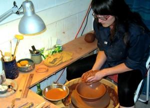 Marie Hébert de l'atelier de poterie Bleu Marie de Saint-Marc-sur-Richelieu à l'œuvre.