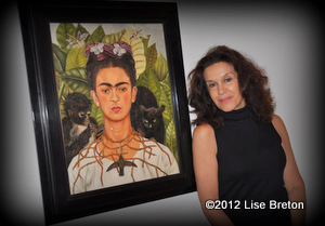 Sophie  Faucher près du portrait de Frida Khalo