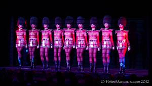 """Les danseuses en """"soldates anglaises"""""""