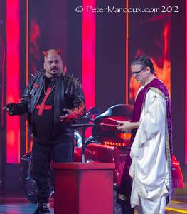 Le diable (Sylvain Larocque) et Dieu (Claude Legault)