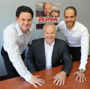 Dany Leclerc et Karim Douahi, propriétaires SansZo entourent Pierre Michaud, animateur de l'émission RPM