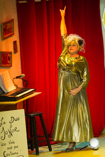 France Pilotte chanteuse de cabaret, aussi productrice de la pièce