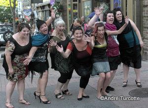 Le groupe des mannequins avec la désigner québécoise Christine Vézina toutes  heureuses de porter du KOLCHIC !