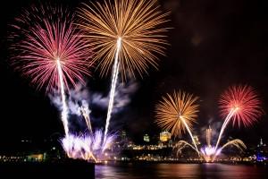 Les Grands Feux Loto-Québec qui illuminent le ciel de la ville de Québec.