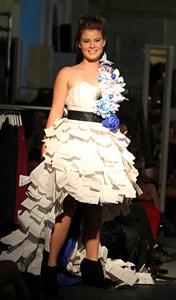 Création étudiante (robe en papier)