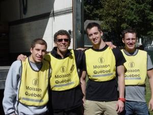 Monsieur Gaston Nadeau, coordonnateur à la Maison des jeunes de Sillery entouré d'étudiants en technique policière du Campus Notre-Dame-de-Foy.
