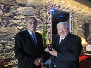 l'honorable Michel Rivard et Pierre Champagne recevant sa médaille. La photo a été prise au restaurant le St-Amour où s'est tenue la remise officielle.