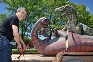 Monsieur Richard Arel, en compagnie de ses célèbres dinosaures