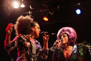 Sylvie Desgroseilliers chante en duo avec Mado.