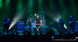 Neal Morse, accompagné de Randy George (basse), d'Eric Gillette (claviers, guitare, voix), de Bill Hubauer (claviers, violon, saxophone, voix), d'Adson Sodré (guitare et voix) et de Mike Portnoy (batterie)