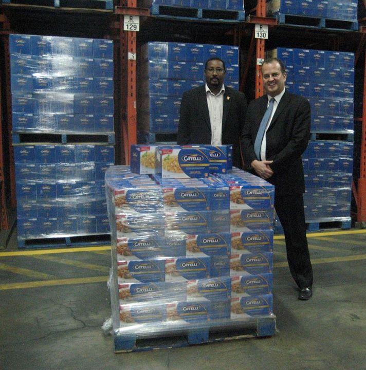 Zakary O.Rhissa, directeur général des Banques Alimentaires du Québec et Alain Gagnon, directeur des ventes, Est du Canada de la Corporation d'aliments Ronzoni du Canada.