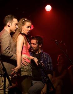 """La chanson """"Fou ce soir"""" avec (de gauche à droite) Nathan LeLièvre, Marie-Pierre de Brienne et David Corriveau"""