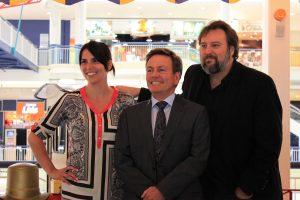 Mme Julie Grenier, directrice marketing et M. Yves Bois, directeur général des Galeries de la Capitale accompagnent M. Bryan Perro, auteur et concepteur