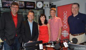 Marc Durand, Bruno Savard, Catherine Lachaussée et Claude Bernatchez en compagnie de Jean-François Rioux, directeur de Radio-Canada à Québec