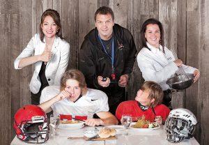 Andréanne Martin, diététiste-nutritionniste, Gino Brousseau, entraîneur adjoint du volleyball Rouge et Or et ex-athlète olympique, et Caroline Bergeron, propriétaire du restaurant Spag&tini