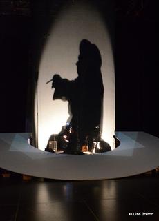 Rick Miller utilise les éclairages et les ombres pour personnifier Winston Churchill