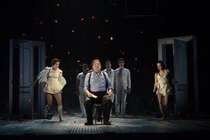Rémy Girard avec les acrobates représentant son subconscient