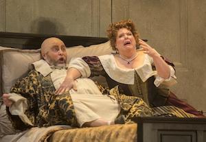 La scène de lit entre Falstaff (Oleg Bryjak) et Mrs Quickly (Marie-Nicole Lemieux) ©Yves Renaud