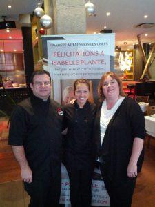 Joseph Sarrazin, chef-propriétaire et Isabelle Plante, chef pâtissière et finaliste de l'émissin Les Chefs accompagne la gangante Marie-Josée Poirier