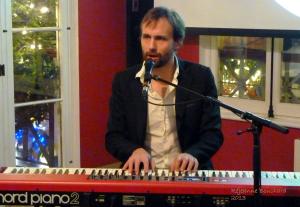 Seul au piano au lancement