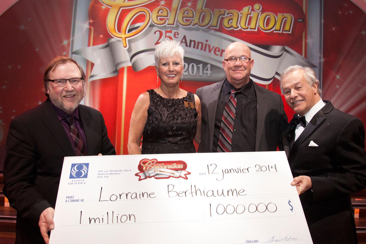 Robert Ayotte, Président des opérations loteries à Loto-Québec, Lorraine Berthiaume, gagnante de 1 million de dollars, et son conjoint Daniel Garon, de Farnham, ainsi qu'Yves Corbeil, animateur des tirages. (Groupe CNW/Casino du Lac-Leamy