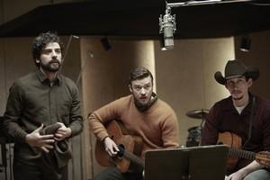 Oscar Isaac, Justin Timberlake  et Adam Driver , interprètent ensemble (en trio) une chanson comique et entrainante (Please Mr Kennedy)