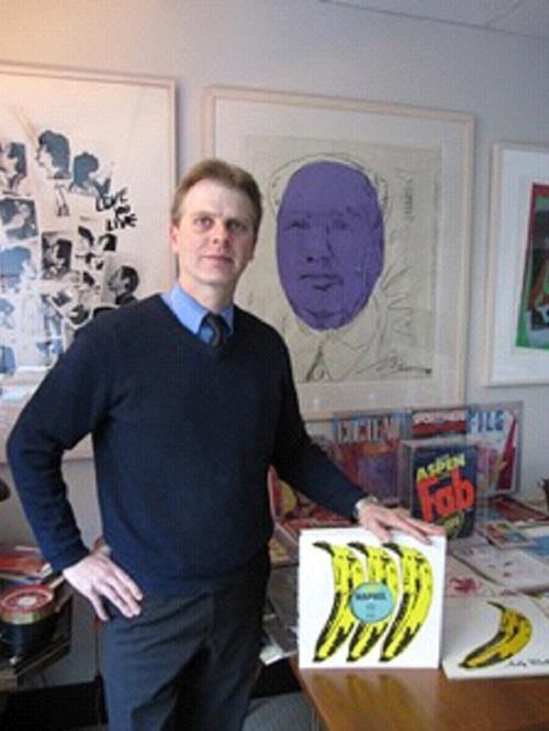 Paul Maréchal, propriétaire de la collection présente une œuvre de Warhol