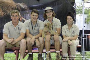 Les employés du Safari urbain avec son fabuleux Zoo Bowmanville et leur bébé lion