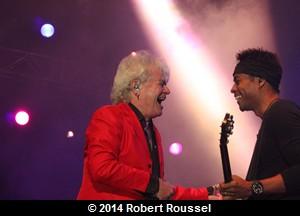 Russell Hitchcock et son autre guitariste