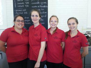 Audrey-Ann, Éloïse, Mélina et Élizabeth servent avec beaucoup d'attention les clients