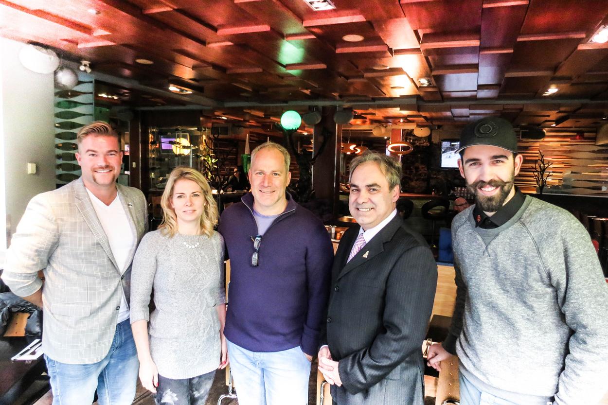 De gauche à droite : Danny Lachance, président de la Classique Movember, Dominique Duchesne, copropriétaire du Maurice Nightclub, Louis McNeil, copropriétaire des restaurants Cosmos, Marc Ruest, directeur général de l'hôtel Le Concorde et Jérémie Fortin, gestionnaire des restaurants Cosmos
